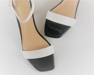 Sandalia con tira al tobillo blanca y negra